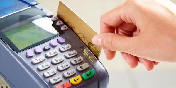 ilustrasi menggunakan kartu kredit