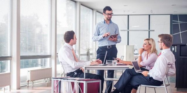 Ilustrasi komunikasi di tempat kerja